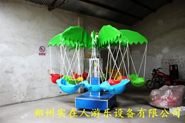 旋转飞鱼又被叫做秋千鱼,是一款投资小,收益大的小型游乐设备,具有移动方便,使用简单的特点,适合于公园,广场,商场,小区,超市门口等;旋转飞鱼乘员12名4岁以下儿童,底座为方形,铁皮的外观,看起来更整洁,好看,也可以防止运输过程中造成的破损。旋转飞鱼下面具有四个可以移动的万向轮,让移动更方便。中心柱有舱门,方便定时,调音乐等。树叶采用PVC支撑,美观好看,座舱采用了工程塑料的飞鱼,一次成型,不褪色。旋转飞鱼采用遥控一键启动,不仅可以用220电源,还可以使用电瓶供电,大大增加了设备的流动性。